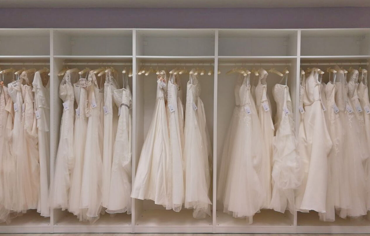 stilvolle-Brautkleider auf der Stange