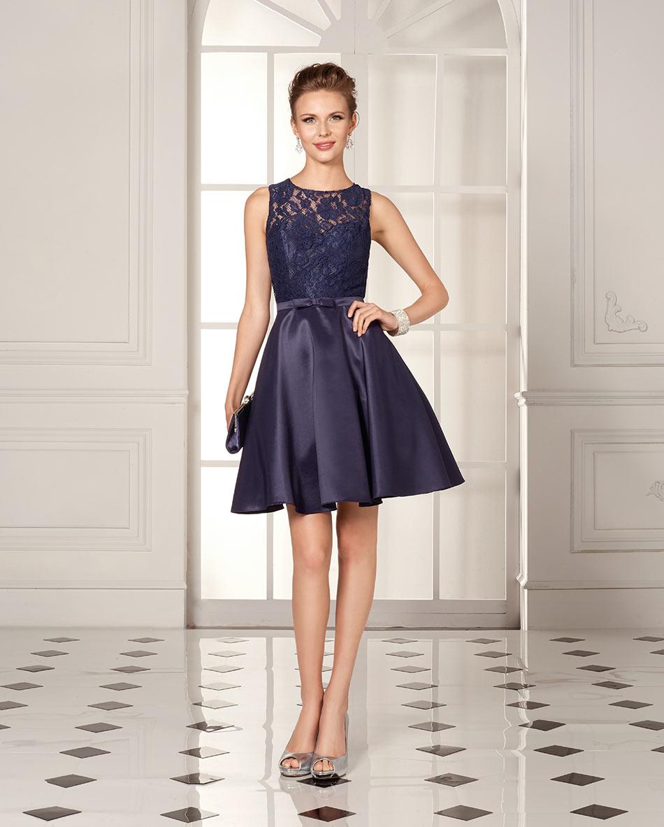 Model trägt kurzes dunkelblaues Abendkleid mit Spitzenoberteil