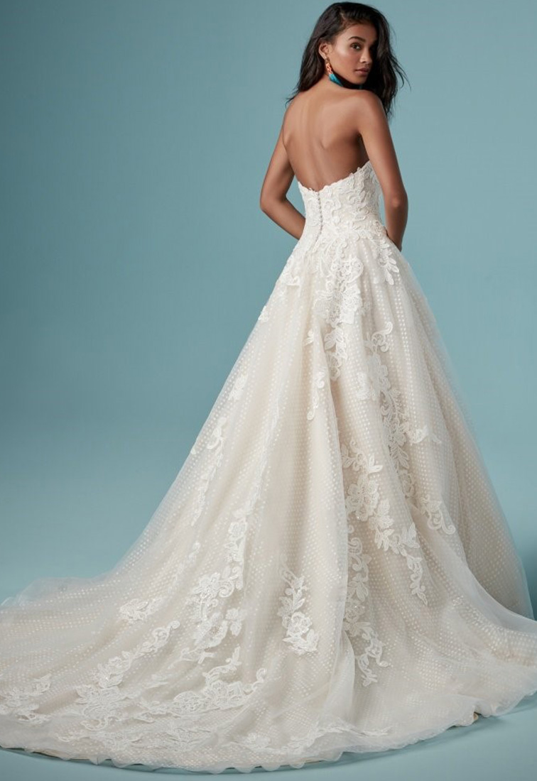 Brautkleid mit gepunktetem Tuell Rueckansicht