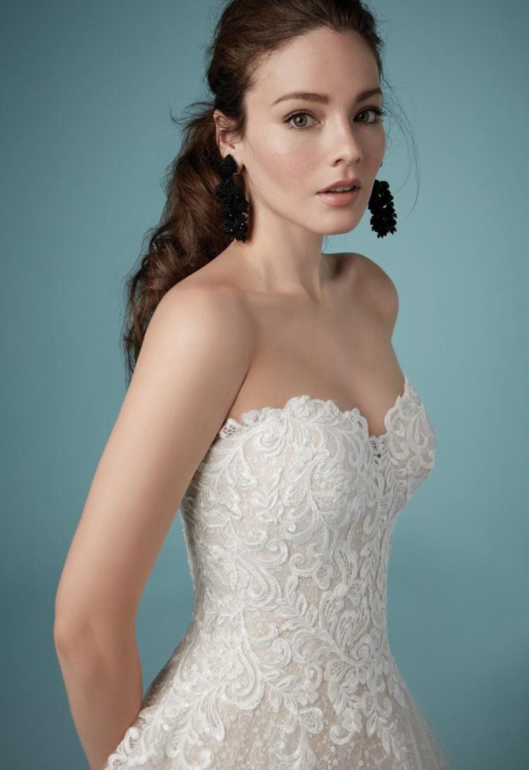 Brautkleid mit Glitzerpailletten Details