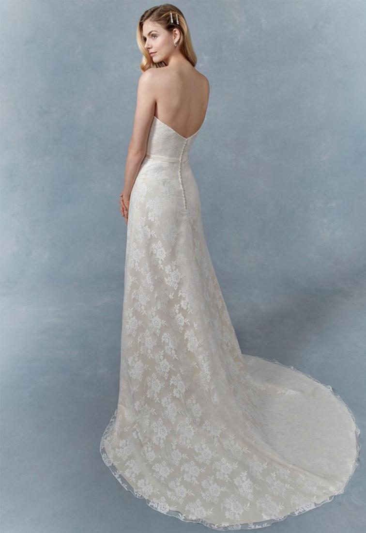 Schmales Brautkleid in Nude mit Spitze Rueckansicht